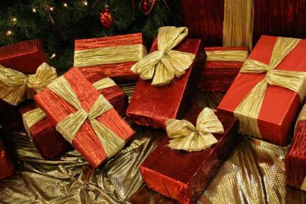 Prezent na Święta Bożego Narodzenia dla mamy. Zbliża się niesamowicie magiczny czas, jakim są Święta Bożego Narodzenia. Jest to w pewnym sensie magia, która nas wszystkich ogarnia, ponieważ to właśnie podczas tych wyjątkowych Świąt mamy szansę, a także możliwość przeżycia ich w gronie najbliższej rodziny i przyjaciół, ponadto jest to czas, kiedy, chcemy w pewien sposób podziękować z całego serca swoim mamom za cud naszych narodzin, a także za cały trud, jaki włożyła w nasze wychowanie. Jest to nie tylko wyjątkowy czas, ale również i dzień, kiedy pojawia się na niebie ta pierwsza gwiazda, kiedy łamiemy się opłatkiem, składamy sobie życzenia, spożywając wigilijną kolację i to właśnie wtedy, chcemy sprezentować mamie coś wyjątkowego, nieprawdaż? Dlatego, też w związku ze świętami, ale również, ze względu na to, że tak naprawdę bez mamy byśmy sobie z wieloma rzeczami nie poradzili, należy, jej dać taki prezent, jaki sami byśmy chcieli dostać. Jest to podstawowa zasada, którą należy się kierować, ponieważ dzięki niej prezenty, które się daje swoim mamom, są zawsze udane. Ponadto nie należy się bać, wybierać tych rzeczy, które innym osobom by nie przyszły w pierwszej kolejności do głowy, ponieważ nie ma w tym nic złego ani nic wstydliwego. Ponieważ właśnie takie prezenty są prezentami wyjątkowymi, przemyślanymi, a czasami nawet bardzo wymyślnymi. Wiele osób zadaje sobie pytanie jaki prezent dla mamy? Co by jej sprawiło największą przyjemność? Po pierwsze należy wiedzieć o tym, że w pierwszej kolejności musi być on zdecydowanie bardzo oryginalny a wszystko po to, by właśnie w ten sposób, podkreślić jak bardzo ważną osobą w życiu jest dla nas mama. Doskonale zdajemy sobie sprawę, że właśnie dzięki naszej mamie mamy wszystko, ponieważ to właśnie ona nam dała wszystko to o czym, tylko mogłyśmy zamarzyć, a o czym ona marzy? Odpowiedź na to pytanie jest bardzo prosta, ponieważ zapewne nasza mama marzy o wielu rzeczach. Kupując swojej mamie prezent, należy w głównej mierze, spoj
